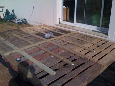 Tournevis terasse en bois sur palettes for Terrasse de jardin en palette